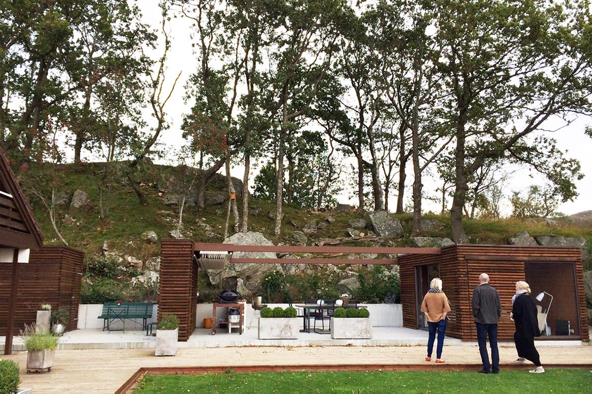 Hage Pavillion på Sandnes . Hele byggverket skaper en scenografi for skogen i bakgrunnen. Fra betongplattingen rammes utsikten mot vest og kveldssolen inn.