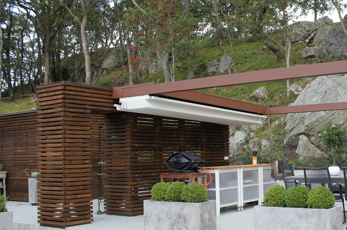 Hage Pavillion på Sandnes . Det uttrekkbare taket er praktisk gjennom hele sommersesongen. Ved å skyve taket til side blir opplevelsen en annen. Hage design i Sandnes. Arkitekt i Sandnes.
