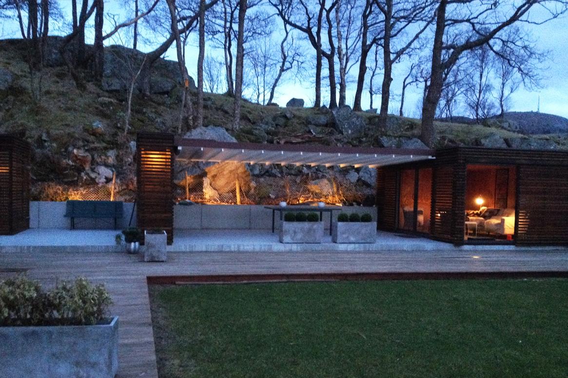 Hage Pavillion på Sandnes . Hagens skiftinger mellom dag og natt forsterkes av de store lampene.