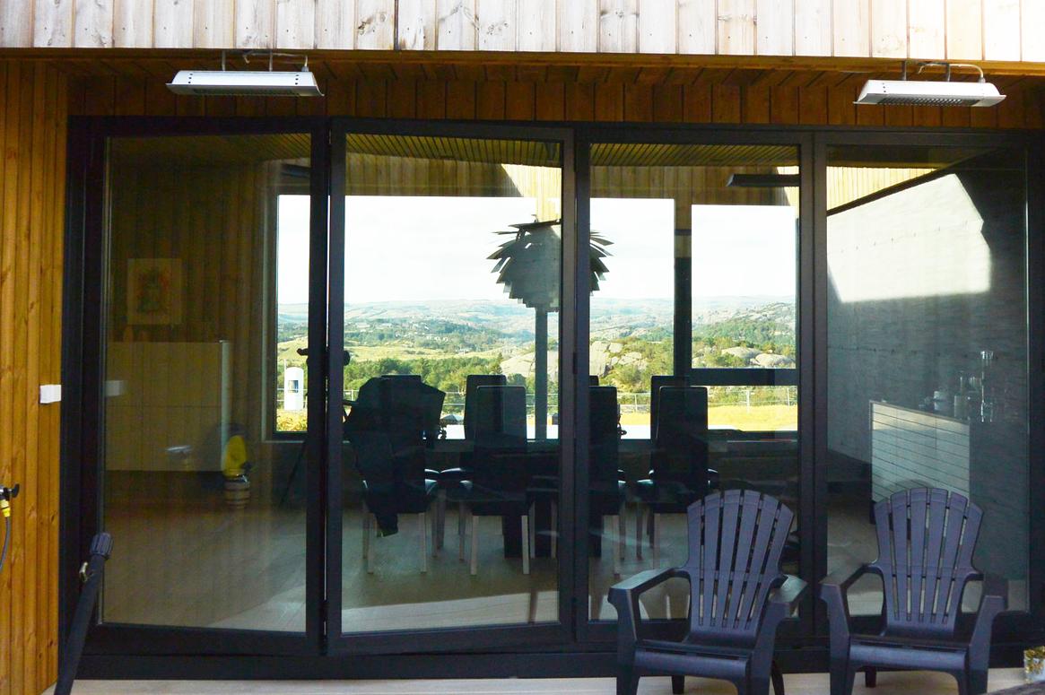 Fra atriet kan en nyte utsikten skjermet fra vinden. Transparent. Patio Hus i Sirevåg