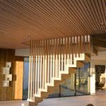 Trapp til andre etasje definerer stuen og hovedinngang. Eike spiller sammenføyer himling og trapp. Patio Hus i Sirevåg