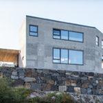 Kjerne isolert betongvegg i nord fasade gir ly for hovedvindretning. Patio Hus i Sirevåg