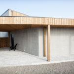 Område ved hovedinngang. Utendørs plass som gir ly for vind og regn. Patio Hus i Sirevåg