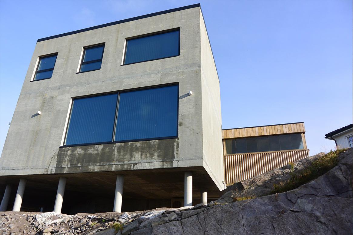 Nord fasade. Kjerne isolert betongvegg. Patio Hus i Sirevåg