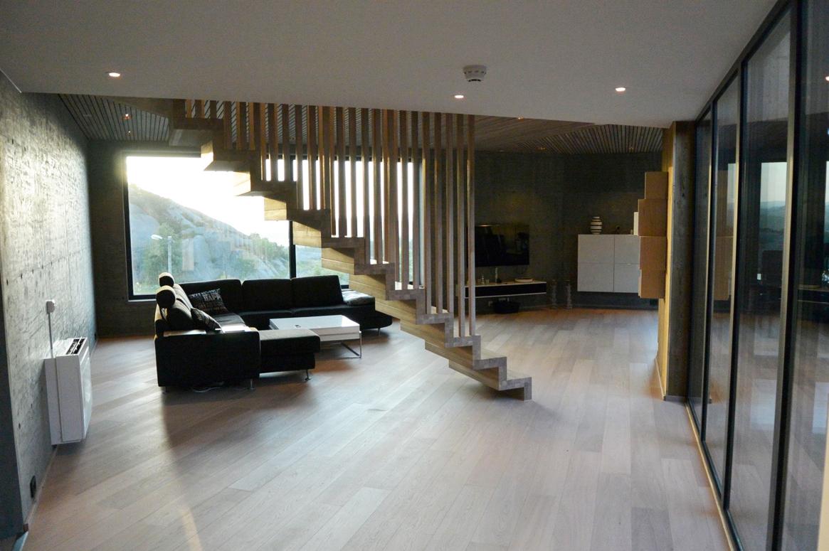 Fra det åpne området i første etasje kan sjø utskiten nytes. Transparent. Patio Hus i Sirevåg