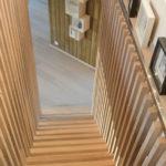 Kledningen inne gir kontrast med eik i gulv og trapp. Patio Hus i Sirevåg