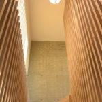 Eike spiller fortsetter til himling i andre etasje. Trapp designet av arkitekt. Eik. Patio Hus i Sirevåg