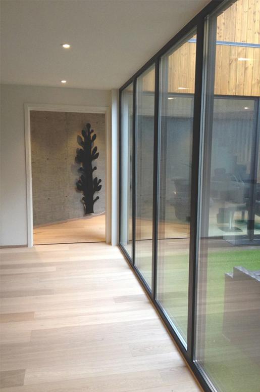 Studio i første etasje, grenser til atrium i sør. Patio Hus i Sirevåg