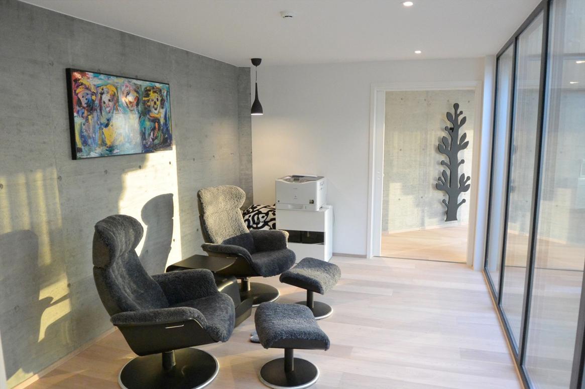 Atriumet utvider grensene for alle omkringliggende rom. Patio Hus i Sirevåg