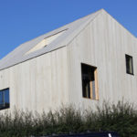 3 Patio Hus på Bryne. Taket fremstår som den femte fasaden. Materialet er accoya tre. Takrenner skult i luftkammer bak kledning.