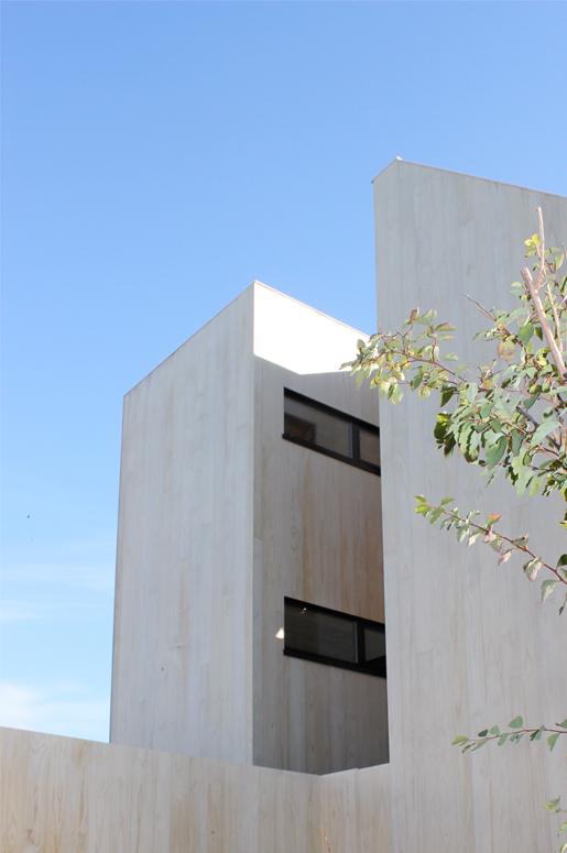 3 Patio Hus på Bryne. Mot vest ser vi baderomsvinduene i tårnet. Hovedatrium i første etasje definert ved glass og vegetasjon.