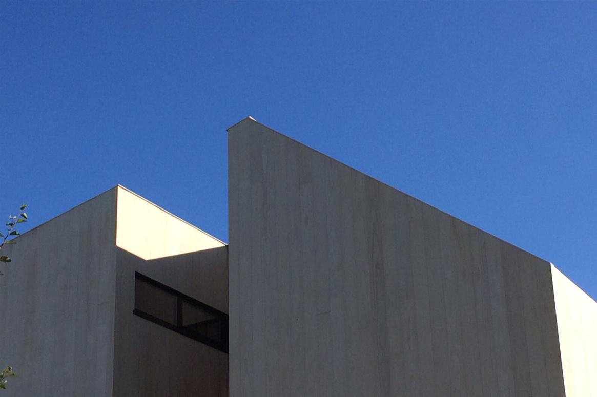 3 Patio Hus på Bryne. Ubehandlet accoya mot blå himmel.