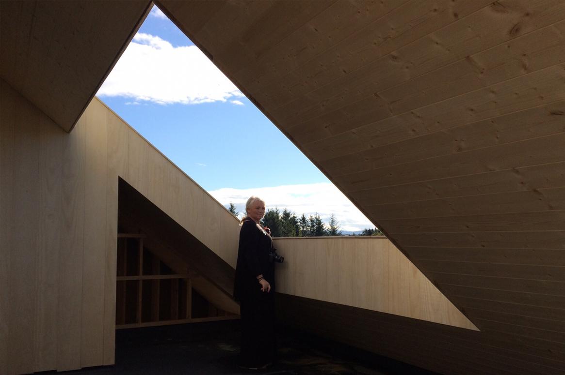 3 Patio Hus på Bryne. Hullet i taket rammer inn landskapet som et maleri.