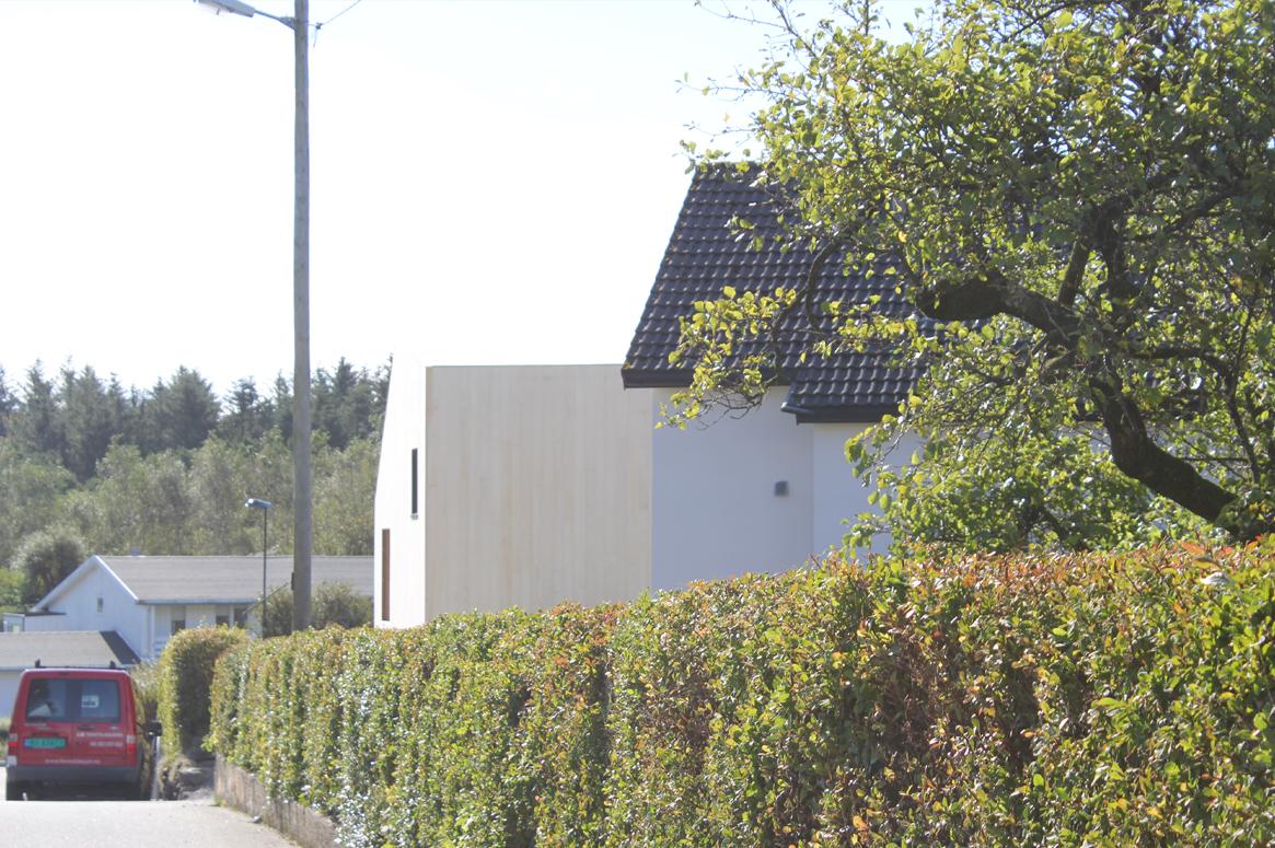 3 Patio Hus på Bryne. Gatesyn. Den grønne strukturen i Vardheia i dialog med accoya volumet.