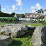 4 Seasons Garden. Steinene som ble funnet ved utgraving av hagen ble plassert på sørsiden av hovedterrassen.