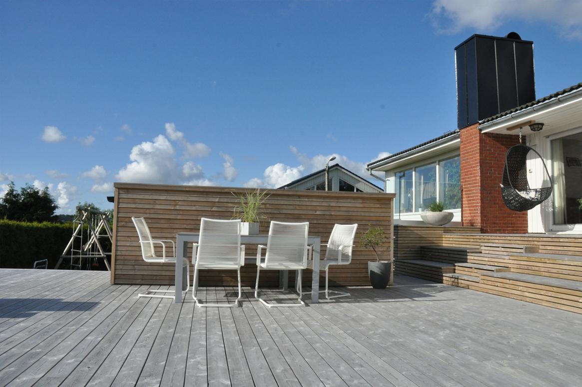 4 Seasons Garden. Hageboden kan fungere som et høyt bord ved behov. Plasseringen gir le for vinden ved spiseplassen.