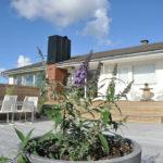 4 Seasons Garden. boligens uttrykk er gjort strammere ved å knyttes sammen med den store treplattingen og de ulike nivåene.