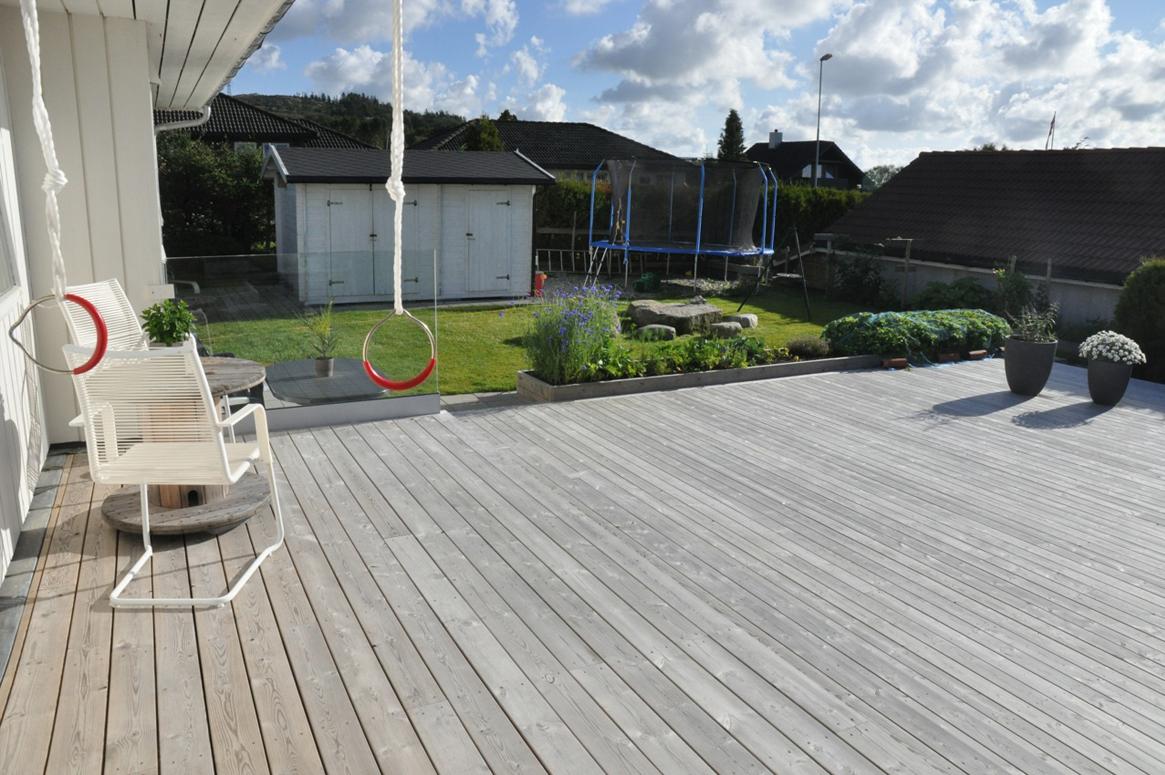4 Seasons Garden. Den lille terrassen er dekket av takutstikket på huset. Det er ikke tak over trappene slik at de er eksponert for nedbør.