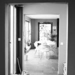 Store vinduer gir god forbindelse til hagen. Skyvedørene kan åpnes opp og bringe sommeren inn i kjøkkenet.