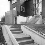 Hovedtrappen i betong har flere store repot. Den leder til hovedinngangen på huset.