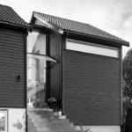 Den nye hovedinngangen til huset er lagt mellom de to volumene av tre. Arkitekt i Stavanger.