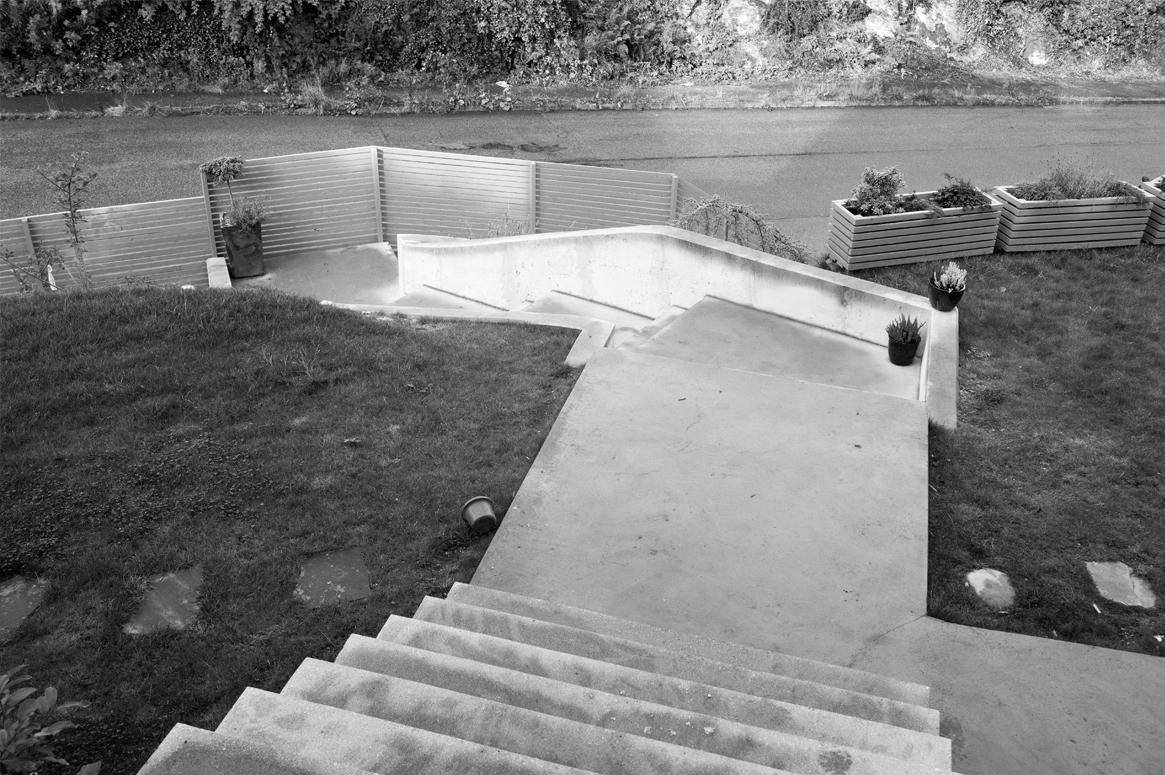 Trappen bidrar til å definere hagen og gir utgangspunktet for hagedesignet som er delt i seksjoner.