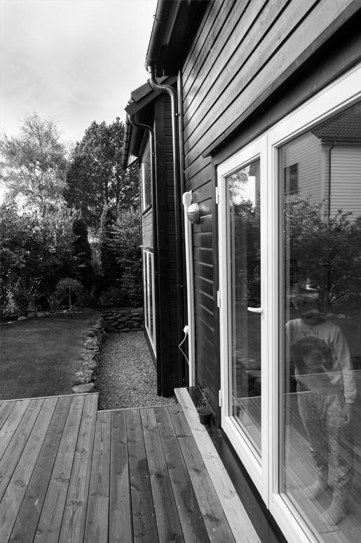 Trappen fra terrassen til hagen har mellomrom som gir følelsen av mangel på tyngdekraft.