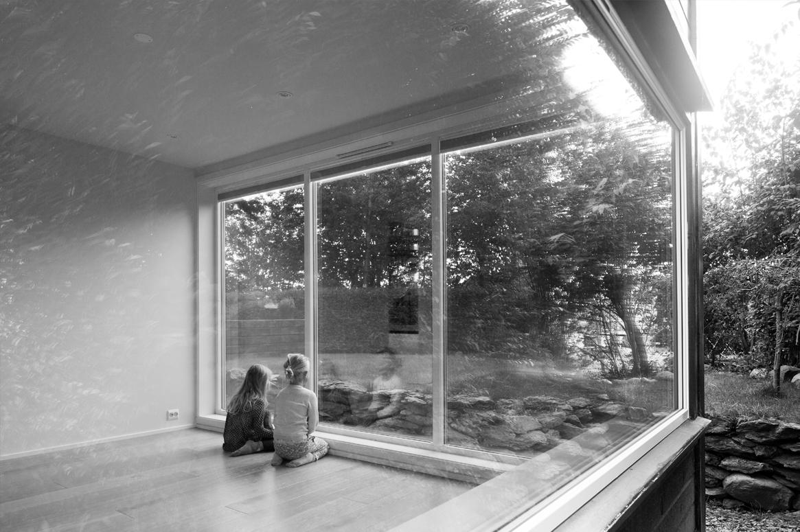 Det nye allrommet har en rolig atmosfære og et definert uttrykk. Tregulv og store åpne flater.