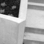 Betongtrappen bøyer seg gjennom terrenget og definerer utendørsområdene.