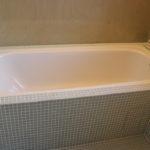 Innebygget badekar med liten benk å sitte på. Totalrenovering av Bad på Våland .