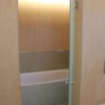 Bak glassdøren ligger baderommet i et eget avlukke. Totalrenovering av Bad på Våland .