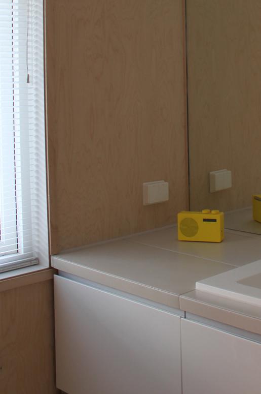 Gode oppbevaringsløsninger under benk. Vaskemaskin og tørketrommel. Totalrenovering av Bad på Våland .