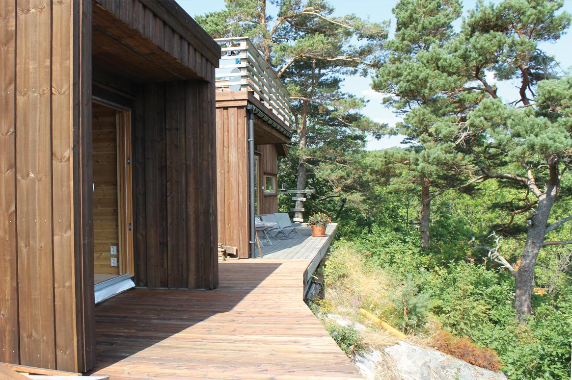 Annex i Mandal . Både hytten og annekset er omgitt av terrasser.