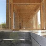 Hagestue på Kvernaland . Betonggulv ble valgt for å skape en robust overflate sammen med ubehandlet kryssfiner.