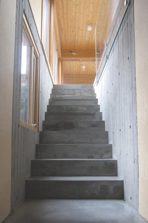 hagestue-på-kvernaland-07-betong-trapp-kjeller-saark-arkitekter