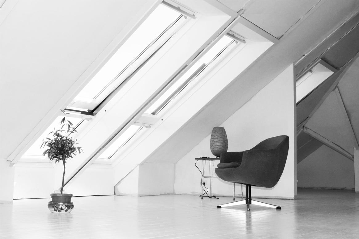 Renovering Enebolig på Tasta . Takvinkelen gir en spesiell stemning til dette rommet på loftet.