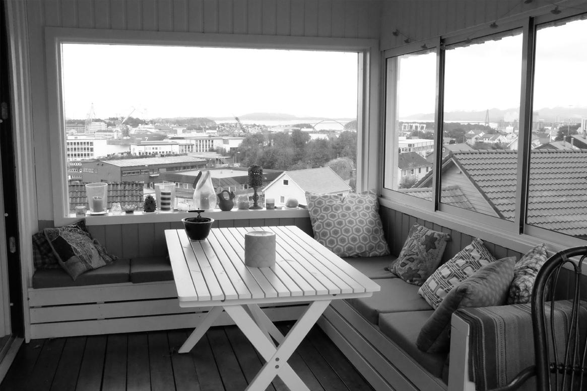 Renovering Enebolig på Tasta .Den nye terrassen er delvis overbygget og skjermer godt for vinden.