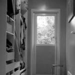Renovering Enebolig på Tasta .Gode oppbevaringsmuligheter i walk-in garderoben.